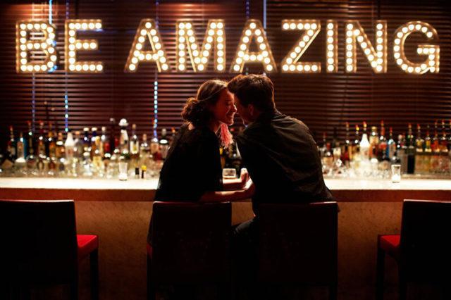 バーでのデート中に相手が心を開いているか知りたいときは?
